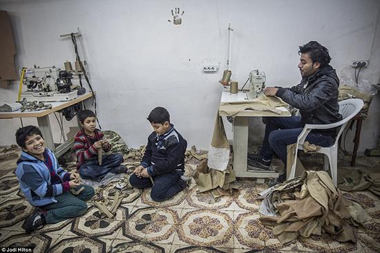 Des enfants réfugiés fabriquent les uniformes de «Daech» en Turquie