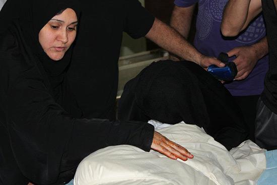 Les proches des trois martyrs de Bahreïn reçoivent les vêtements de mort de leurs fils…le meurtre à deux reprises.