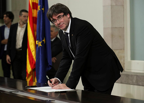 Le président de Catalogne a signé une déclaration d'indépendance mais la suspend.