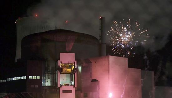 France: des militants de Greenpeace tirent des feux d'artifice dans l'enceinte d'une centrale nucléaire.