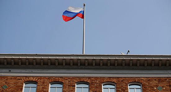 Moscou proteste contre le retrait des drapeaux de ses missions diplomatiques aux USA.