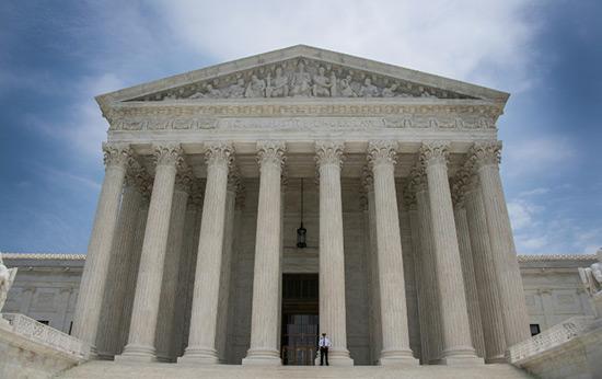 USA: la Cour suprême remet en vigueur le décret anti-immigration de Donald Trump.
