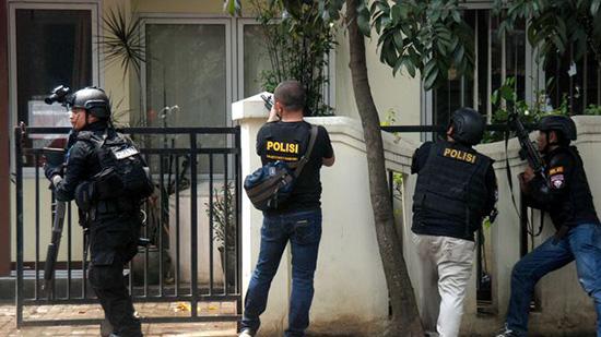 Indonésie: un assaillant lié à «Daech» tué après un attentat