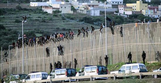 Maroc/Espagne: des centaines de migrants ont forcé la frontière à Ceuta.