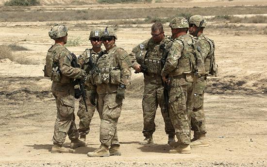 Les Etats-Unis pourraient envoyer, pour la première fois, des troupes au sol en Syrie pour combattre le groupe terroriste «Daech», selon un rapport de CNN citant des fonctionnaires de la Défense américaine anonymes. «Il est possible qu'on voie prochainement des troupes conventionnelles être déployées au sol en Syrie pendant un certain temps», a indiqué un responsable du Pentagone anonymement à CNN jeudi 16 février. S'il s'agit à priori d'une déclaration forte, elle n'a néanmoins pas été suivie par d'autres précisions. De plus, CNN explique que de nombreux fonctionnaires de la Défense américaine s'exprimant également de façon anonyme auraient affirmé qu'il s'agit uniquement d'un «concept» et non d'une proposition formelle.  D'après CNN, le déploiement de troupes en Syrie serait un signe d'engagement de la part de la nouvelle administration et de James Mattis, nouveau ministre de la Défense qui a fait de la lutte contre «Daech» une priorité. Mattis avait en effet fait savoir à la presse qu'il comptait changer de stratégie par rapport à la précédente administration. Les premières instructions en tant que président de Donald Trump à son secrétaire d'Etat à la Défense ont été d'exiger dans les plus brefs délais la formulation d'une stratégie de lutte contre «Daech», un plan concret devant être dévoilé à la fin du mois de février. Pour le moment, les américains opèrent dans ce pays, mais seulement à travers des Forces d'Opérations Spéciales qui entraînent des groupes armés dits «modérés» qui combattent «Daech» sur le terrain. Des opérations remises en question au moment où certains de ces groupes rejoignent «Al-Qaïda». Le déploiement de troupes américaines sur le sol syrien pourrait ne pas gêner le président syrien, Bachar al-Assad. Lors de son dernière interview avec Yahoo News, il avait déclaré : «si les Américains sont sérieux, bien sûr qu'ils sont les bienvenus comme n'importe quel pays qui veut combattre le terrorisme. Bien sûr, sans aucune hésitation, nous pouvons d