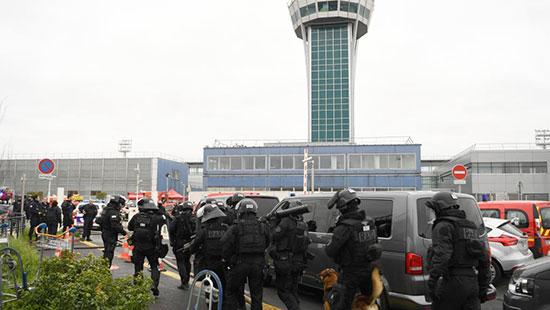 Un homme abattu après avoir dérobé l'arme d'un militaire à l'aéroport d'Orly