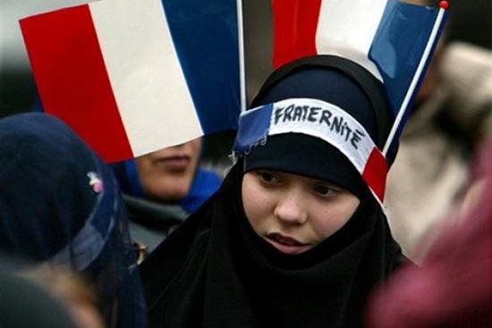 Le Pen répète sur CBS son opposition au voile dans les lieux publics.