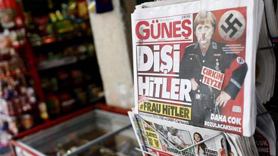 Un photomontage de Merkel en Hitler en une d'un quotidien turc.