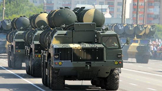 L'Iran teste le système russe de défense antiaérienne S-300.