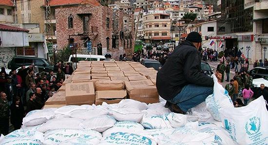 Les militaires russes distribuent près de 7 t d'aide humanitaire en Syrie.