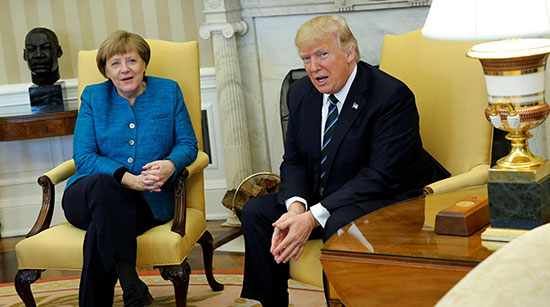 Donald Trump refuse sa main à Angela Merkel