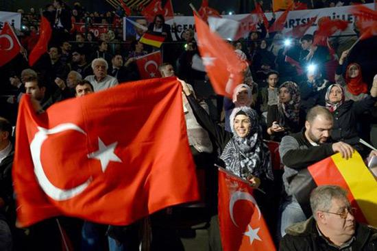 Berlin menace d'interdire les rassemblements pro-Erdogan.