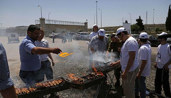 Des colons israéliens organisent un barbecue pour affamer les grévistes palestiniens