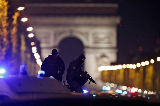 Fusillade des Champs-Élysées: un policier tué, «Daech» revendique l'attaque.