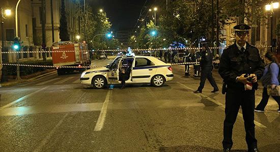 Grèce: attentat à la bombe contre une banque à Athènes.