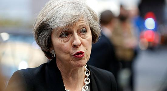 Theresa May veut qualifier de «migrants» les étudiants étrangers.