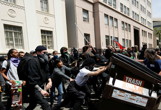11 blessés dans de violents affrontements entre pro et anti Trump à Berkeley