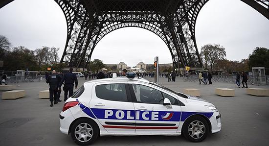 France: garde à vue prolongée pour le suspect de la Tour Eiffel.
