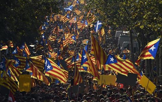Des milliers de Catalans manifestent pour le référendum.