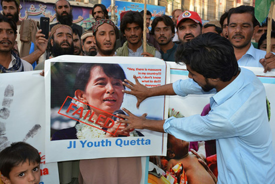 Manifestations monstres dans divers pays musulmans pour soutenir les Rohingyas.