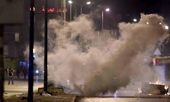 Tunisie: 3e nuit de heurts, plus de 300 arrestations.