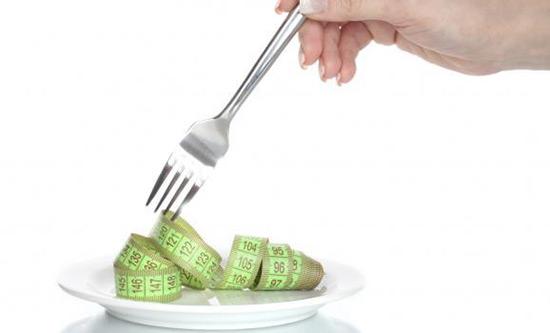 Manger moins vite permet de perdre du poids, selon une étude.