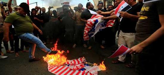 Irak: protestations et drapeaux américains brûlés après les frappes en Syrie