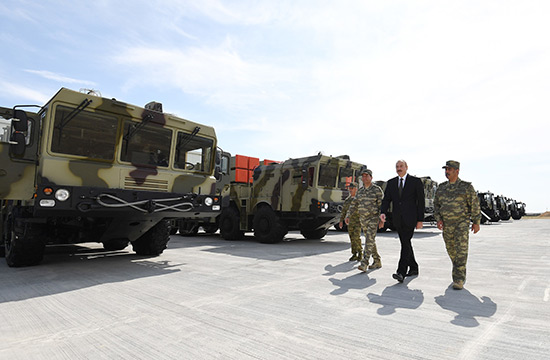 Azerbaïdjan: le président s'affiche devant un système lance-missiles israélien récemment acquis
