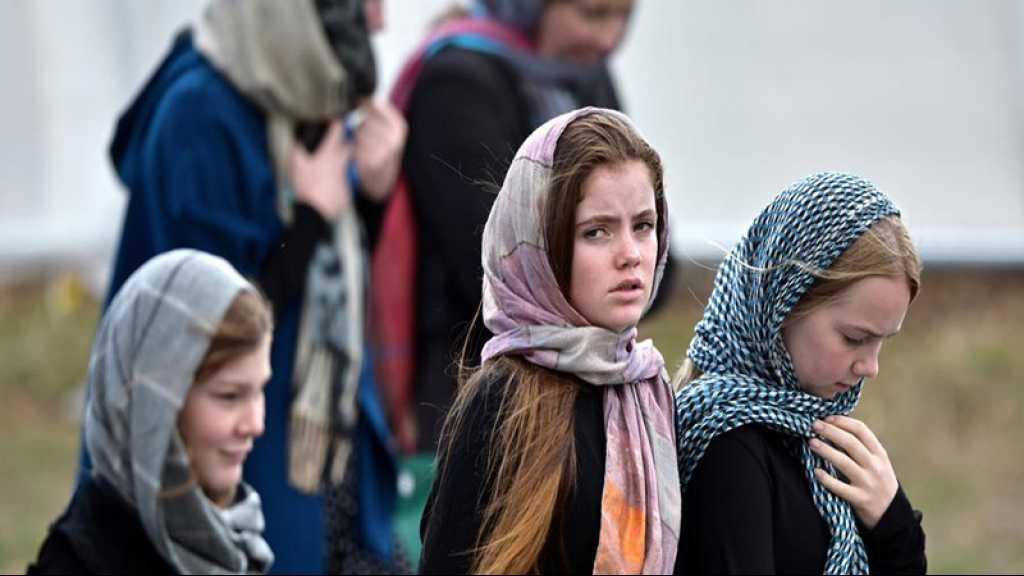 Des Néo-Zélandaises portent un foulard par solidarité avec les victimes de Christchurch