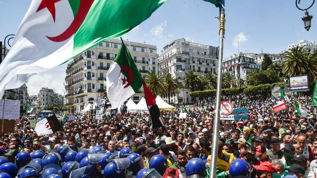 Les Algériens dans la rue pour un 13e vendredi consécutif malgré une pression accrue de la police