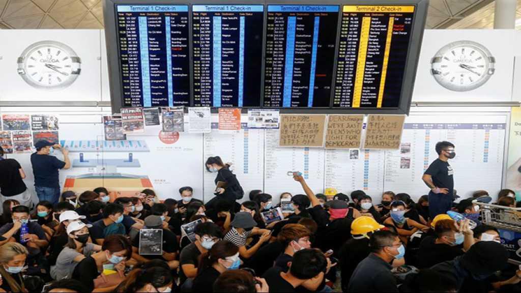 Hong Kong: plus de 5.000 manifestants à l'aéroport international, le trafic immobilisé