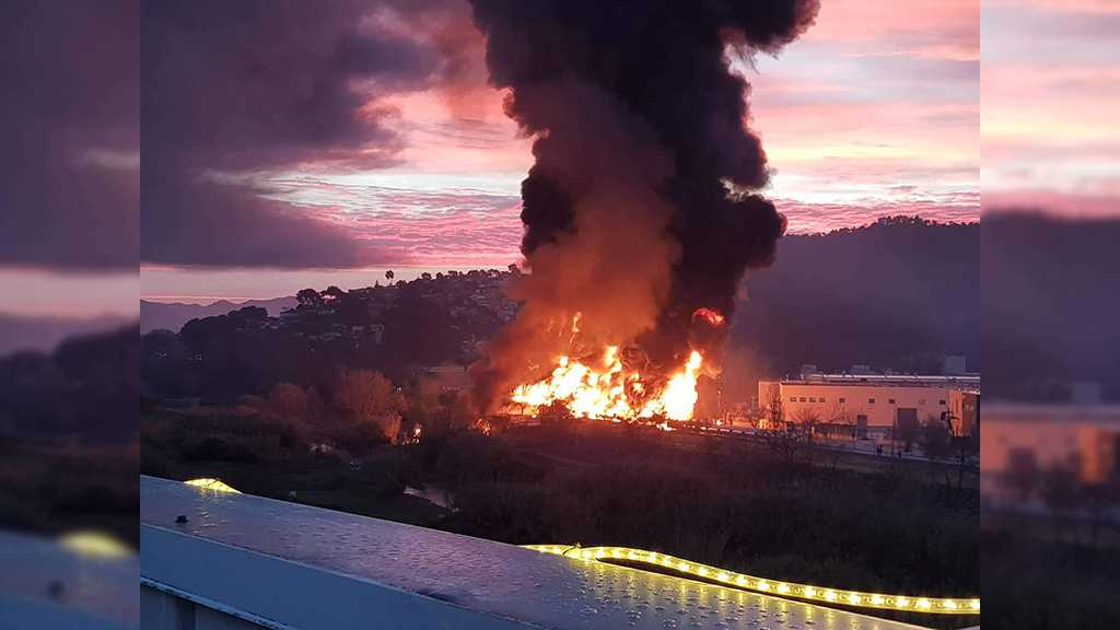 Un énorme incendie dévaste une usine chimique près de Barcelone, la population cloîtrée