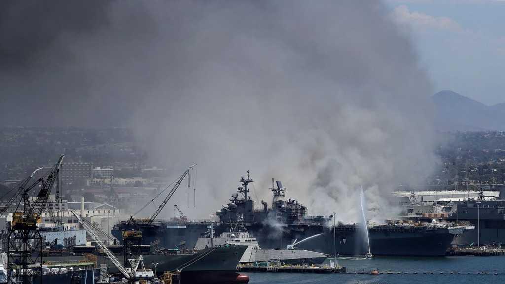 Un bateau de l'US Navy prend feu après une explosion, au moins 21 blessés