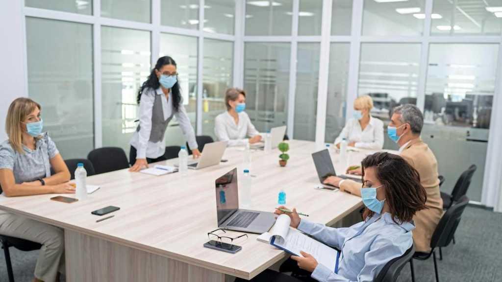 Coronavirus: le port du masque «systématisé» en entreprise y compris dans les open space
