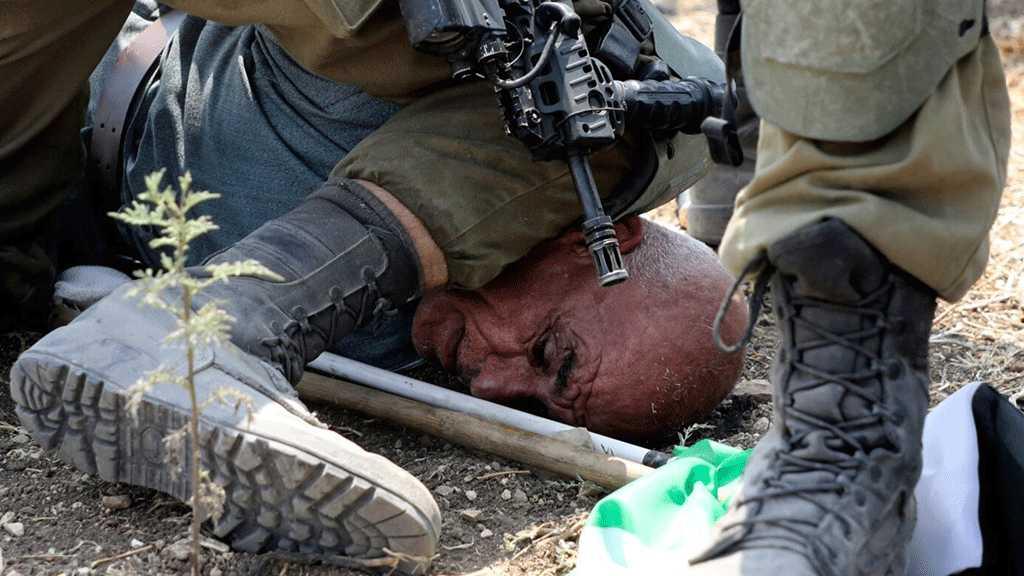 Un soldat israélien s'agenouille sur le cou d'un manifestant palestinien (vidéo)
