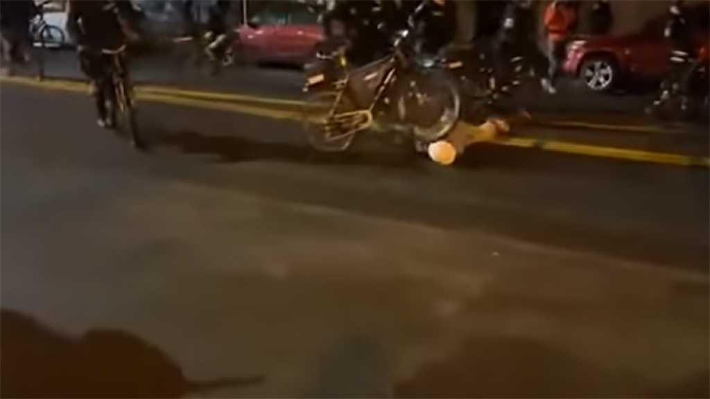 Un policier de Seattle fait rouler son vélo sur la tête d'un manifestant