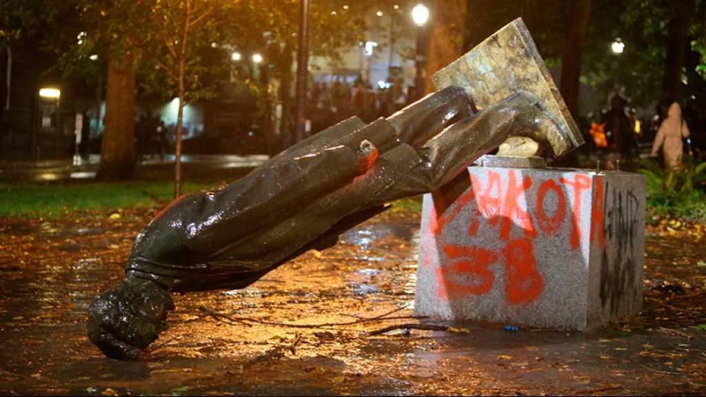 Portland: des manifestants abattent 2 statues, Trump dénonce des «animaux»