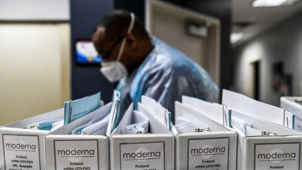Coronavirus: les restrictions se multiplient, le vaccin de Moderna suscite l'espoir