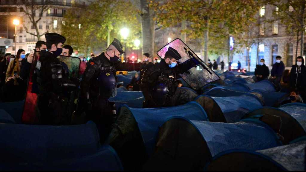 Un camp de migrants, monté place de la République à Paris, violemment démantelé par les forces de l'ordre