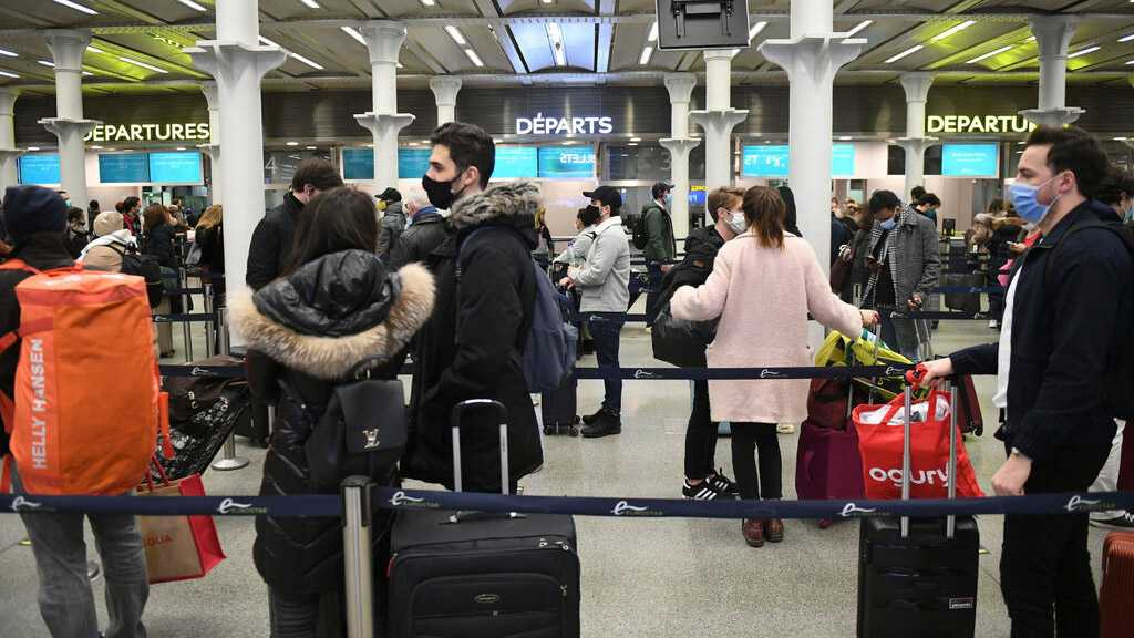 Mutation du coronavirus: vols depuis le Royaume-Uni suspendus, les vaccins resteraient efficaces
