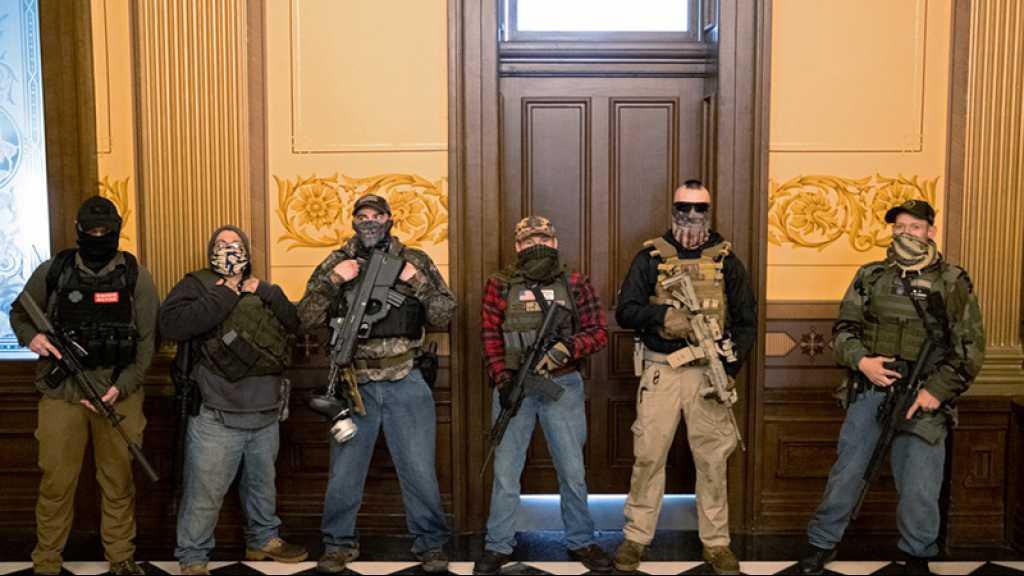 Des hommes armés rassemblés près du Capitole du Michigan
