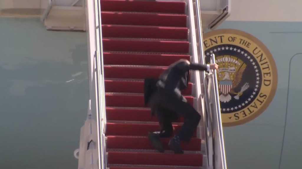 Joe Biden trébuche en montant dans Air Force One