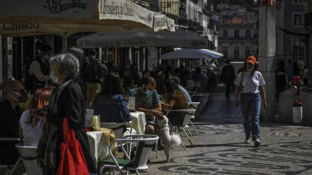 Virus: le Portugal desserre prudemment la vis, la France démarre la production de vaccins