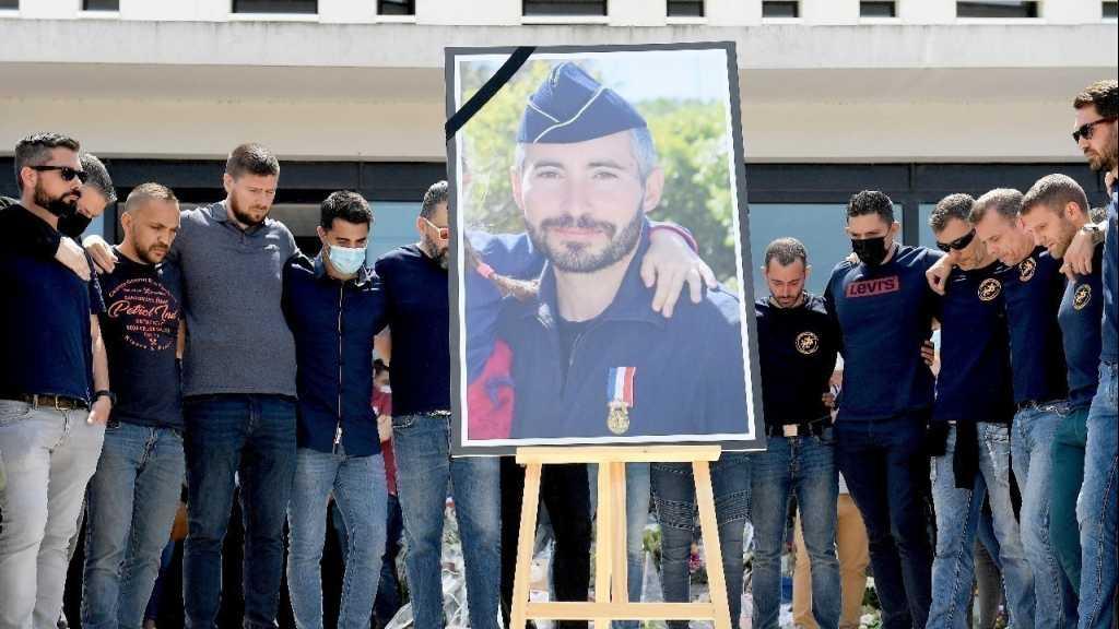 Policier tué en France: quatre suspects arrêtés, hommage rendu à Avignon
