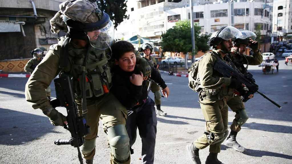 Les forces israéliennes arrêtent brutalement un garçon palestinien de 10 ans en Cisjordanie occupée