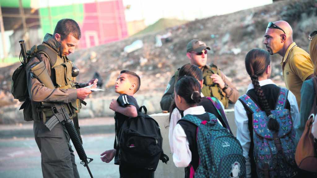 Les forces de l'occupation israélienne arrêtent trois enfants palestiniens au sud de Naplouse