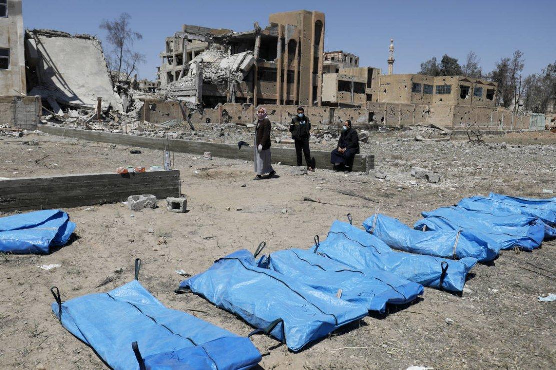 Syrie: 200 corps retrouvés dans une fosse commune à Raqqa